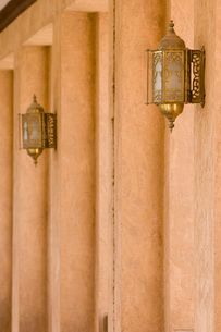 Al Ain UAE Architectural detail of hallway and ornate lanterの写真素材 [FYI03807938]