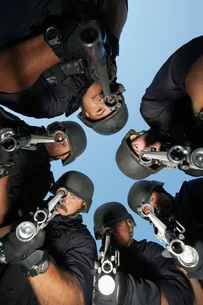 Group portrait of Swat officers standing in circle aiming guの写真素材 [FYI03807967]