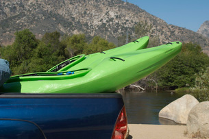 Two kayaks in pick-up truckの写真素材 [FYI03808045]