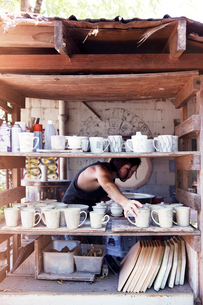 Young potter in workshopの写真素材 [FYI03808401]