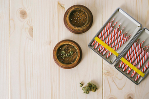 Overhead view of marijuana joints with crushers on tableの写真素材 [FYI03809328]