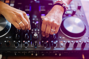 High angle cropped hands of female DJ mixing sound in recording studioの写真素材 [FYI03810782]