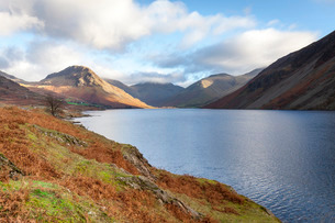 A view of Wast Water towards Scafell Pike on a bright sunny day, Lake District, Cumbriaの写真素材 [FYI03810952]