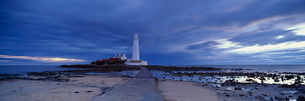 St. Mary's Lighthouse and St. Mary's Island in stormy weather, near Whitley Bay, Tyne and Wearの写真素材 [FYI03810991]