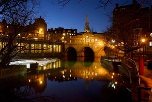 Pulteney bridge and river Avon at night, Bath, Avon (Somerset)の写真素材 [FYI03810999]