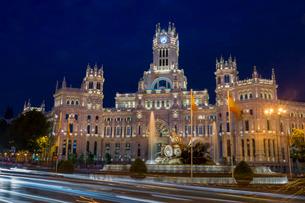 Plaza de Cibeles Palace (Palacio de Comunicaciones) at dusk, Plaza de Cibeles, Madridの写真素材 [FYI03811007]