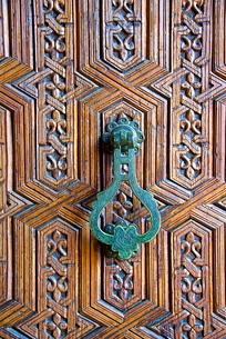 Detail of a wooden door and bronze knocker, Islamo-Andalucian art, Marrakech Museum, Marrakechの写真素材 [FYI03811123]