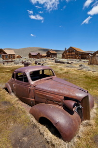 Old rusty American car in the California gold mining ghost town, Bodie State Historic Park, Bridgepoの写真素材 [FYI03811167]