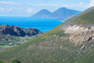 View of Gran Cratere, Lipari and Salina Island, Vulcano Island, Aeolian Islands, north of Sicilyの写真素材 [FYI03811170]