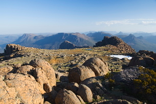 View from the top of Mount Ossa, 1617m, Tasmania's highest mountain on the Overland Track, Cradle Moの写真素材 [FYI03811202]
