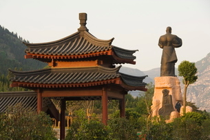 Pavilion and kung fu monument at Shaolin temple, birthplace of Kung Fu martial art, Shaolin, Henan Pの写真素材 [FYI03811212]