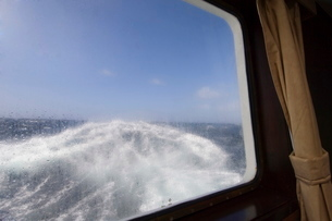 View from the cabin of the Antarctic Dream navigation in rough seas near Cape Horn, Drake Passage, Aの写真素材 [FYI03811235]