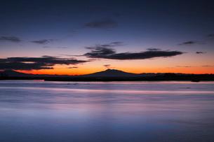 濤沸湖と斜里岳の朝の写真素材 [FYI03811288]