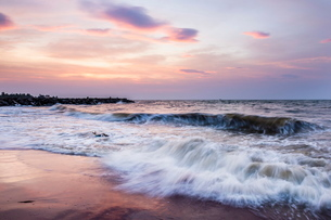 Waves crashing on Negombo Beach at sunset, West Coast of Sri Lankaの写真素材 [FYI03811294]