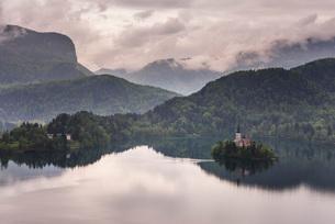 View of Lake Bled from Lake Bled Castle, Bled, Julian Alps, Gorenjska, Upper Carniola Region, Slovenの写真素材 [FYI03811309]