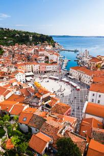 Piran and Tartini Square, seen from Church of St. George, Piran, Primorska, Slovenian Istria, Slovenの写真素材 [FYI03811319]