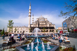Yeni Mosque (New Mosque) and fountain, Istanbul, Turkeyの写真素材 [FYI03811320]