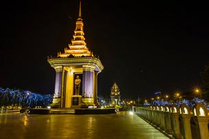 Night photograph of the Statue of Norodom Sihanouk, Phnom Penh, Cambodia, Indochina, Southeast Asiaの写真素材 [FYI03811477]