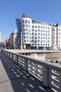 Dancing House (Ginger and Fred) by Frank Gehry, Prague, Bohemiaの写真素材 [FYI03811537]