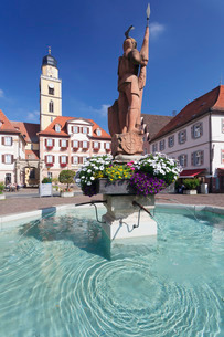 Market Square with twin houses and St. Johannes Baptist Cathedral, Bad Mergentheim, Taubertal Valleyの写真素材 [FYI03811570]