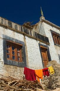 Monk's clothes on line, Tikse (Tiksay) gompa (monastery), Tikse (Tiksay), Ladakhn Himalayasの写真素材 [FYI03811669]