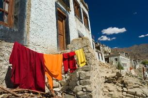 Monk's clothes on line, Tikse (Tiksay) gompa (monastery), Tikse (Tiksay), Ladakhn Himalayasの写真素材 [FYI03811681]