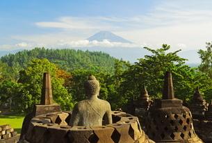 Borobodur, with Mount Merapi in the distance, Kedu Plain, Java, Indonesia, Southeast Asiaの写真素材 [FYI03811719]