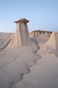 Hoodoo and erosion channel, Bisti Wilderness, New Mexico'の写真素材 [FYI03811757]