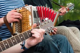Accordion and guitar, ethnic group of musicians, River Emajogi, Tartu, Estoniaの写真素材 [FYI03811858]