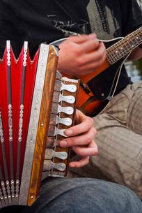 Accordion, ethnic group of musicians, River Emajogi, Tartu, Estoniaの写真素材 [FYI03811863]