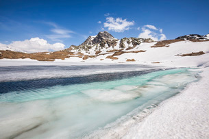 Spring is coming and lake Emet in the Spluga Valley is slowly thawing, Lombardyの写真素材 [FYI03811879]