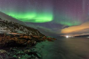 Northern Lights on the icy sea of Svensby, Lyngen Alps, Troms, Lapland, Norway, Scandinaviaの写真素材 [FYI03811897]