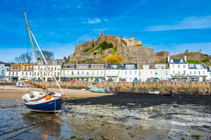 The town of Mont Orgueil and its castle, Jersey, Channel Islandsの写真素材 [FYI03811922]