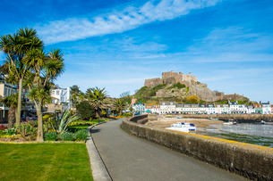 The town of Mont Orgueil and its castle, Jersey, Channel Islandsの写真素材 [FYI03811925]