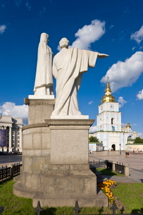 Monument to Princess Olha (Olga) at Mykhaylivska Square in front of St. Michael's Monastery, Kievraiの写真素材 [FYI03812047]