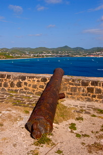 Old canon on Pigeon Point overlooking Rodney Bay, St. Lucia, Windward Islands, Caribbeanの写真素材 [FYI03812079]