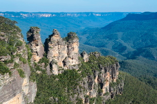 The Three Sisters and rocky sandstone cliffs of the Blue Mountains, New South Walesの写真素材 [FYI03812094]