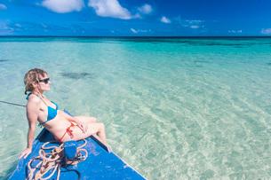 Woman relaxing on little motor boat, Haapai, Haapai Islands, Tonga, South Pacificの写真素材 [FYI03812156]