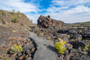 Walkway through cold lava in the Craters of the Moon National Park, Idaho'の写真素材 [FYI03812169]
