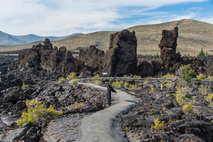 Walkway through cold lava in the Craters of the Moon National Park, Idaho'の写真素材 [FYI03812173]