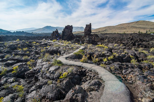 Walkway through cold lava in the Craters of the Moon National Park, Idaho'の写真素材 [FYI03812174]