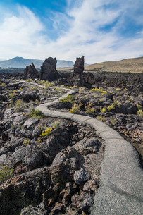 Walkway through cold lava in the Craters of the Moon National Park, Idaho'の写真素材 [FYI03812175]