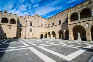 Yard in the Palace of the Grand Master, the Medieval Old Town of the City of Rhodes, Rhodes, Dodecanの写真素材 [FYI03812207]