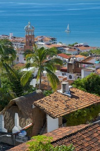 View of Downtown and Parroquia de Guadalupe (Church of Our Lady of Guadalupe), Puerto Vallarta, Jaliの写真素材 [FYI03812257]