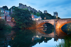 Durham Castle and Cathedral above Framwellgate Bridge, Durham, County Durhamの写真素材 [FYI03812268]