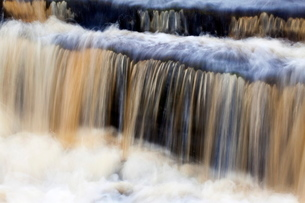 Waterfall in Hull Pot Beck, Horton in Ribblesdale, Yorkshire Dales, Yorkshireの写真素材 [FYI03812272]
