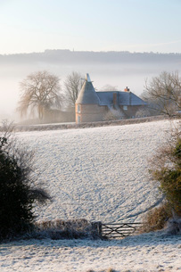 Old oast house in winter frost, Burwash, East Sussex, England, United Kingdom, Europeの写真素材 [FYI03812298]