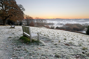 Wooden bench and view over Sussex landscape at sunrise in frost, Burwash, East Sussex, England, Unitの写真素材 [FYI03812304]