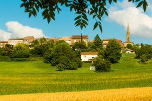 View over fields in summer towards this quiet hilltop village near Duras, Levignac-de-Guyenne, Lot-eの写真素材 [FYI03812315]