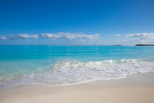 Beach at Treasure Cay, Great Abaco, Abaco Islands, Bahamas, West Indies, Central Americaの写真素材 [FYI03812424]